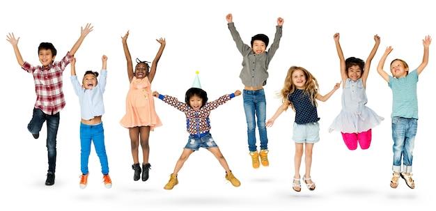 Grupo diverso de crianças pulando e se divertindo Psd Premium