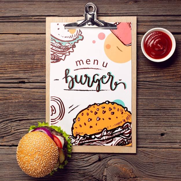 Hambúrguer de menu de transferência e comida no fundo de madeira Psd grátis