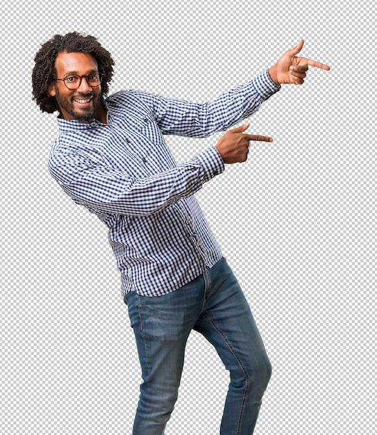 Homem afro-americano de negócios bonito, apontando para o lado Psd Premium