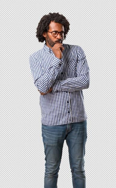 Homem afro-americano do negócio considerável duvidando e confuso, pensando em uma idéia ou preocupado com algo Psd Premium