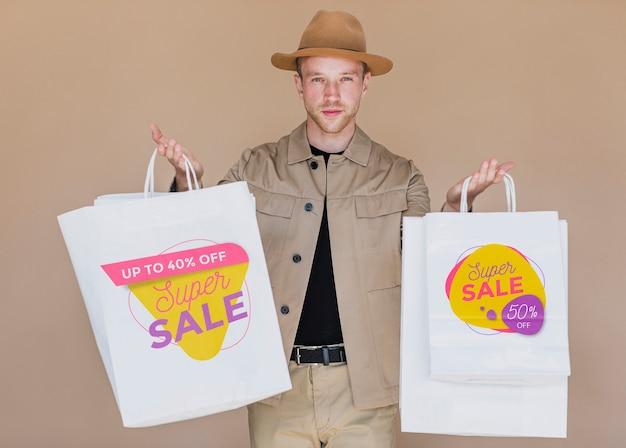 Homem às compras na campanha de vendas Psd grátis