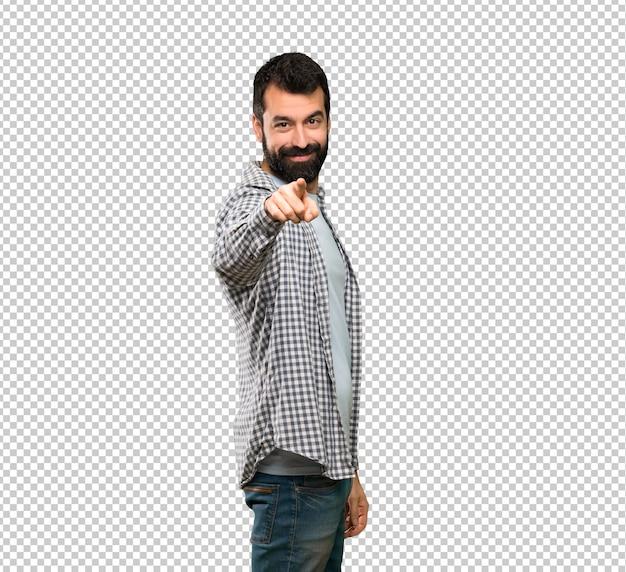 Homem bonito com barba aponta o dedo para você com uma expressão confiante Psd Premium