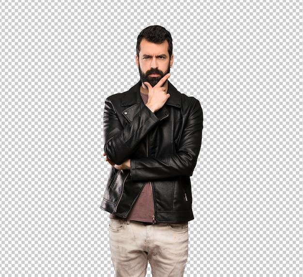 Homem bonito com barba pensando Psd Premium
