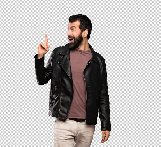 Homem bonito com barba, pretendendo realizar a solução enquanto levanta um dedo Psd Premium
