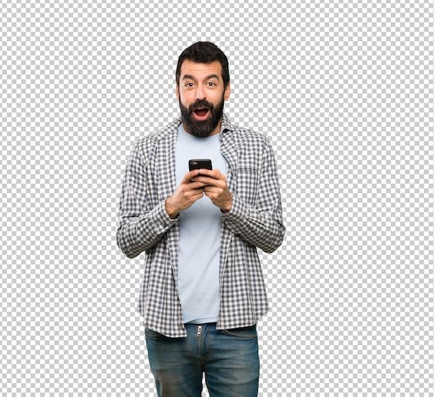 Homem bonito com barba surpreso e enviando uma mensagem Psd Premium
