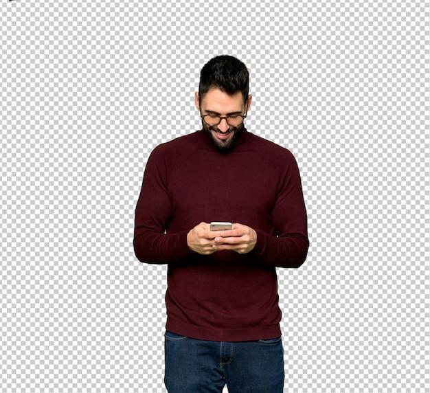 Homem bonito com óculos, enviando uma mensagem com o celular Psd Premium