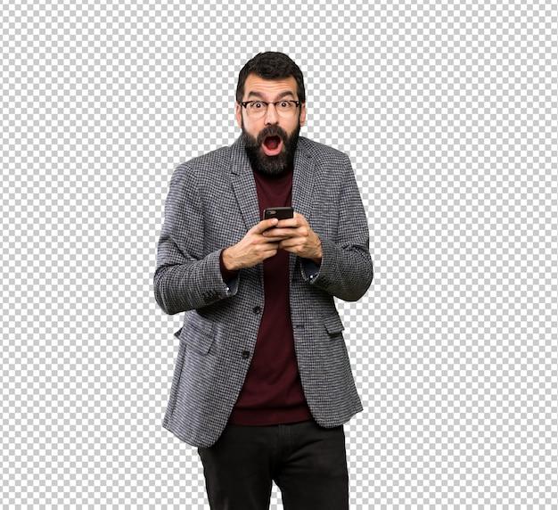 Homem bonito com óculos surpreso e enviando uma mensagem Psd Premium