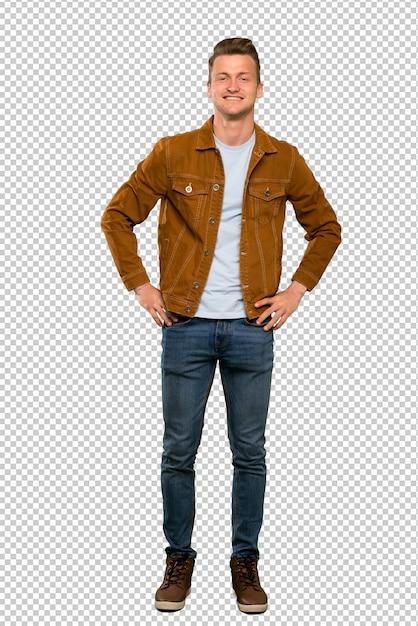 Homem bonito loiro posando com os braços no quadril e sorrindo Psd Premium