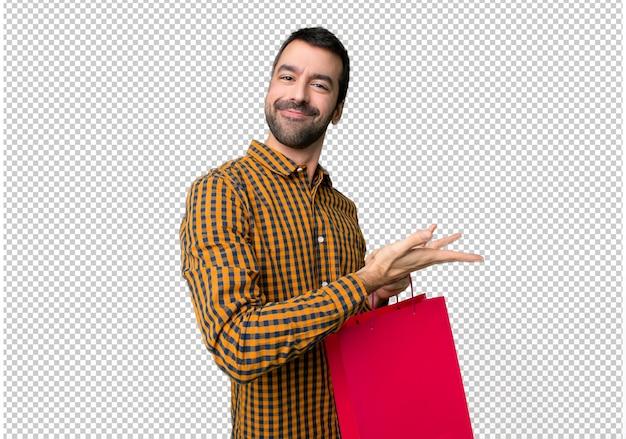 Homem, com, bolsas para compras, apresentando, um, idéia, enquanto, olhar, sorrindo, direção Psd Premium