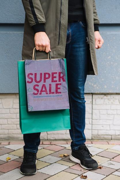 Homem, com, bolsas para compras, em, cidade Psd grátis