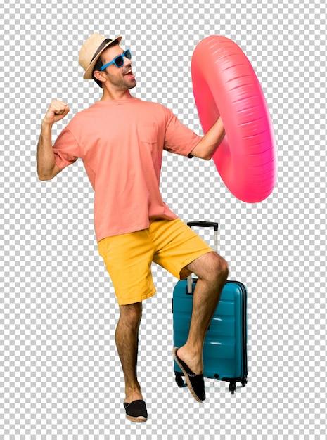 Homem com chapéu e óculos de sol em suas férias de verão gosta de dançar enquanto ouve música em uma festa Psd Premium
