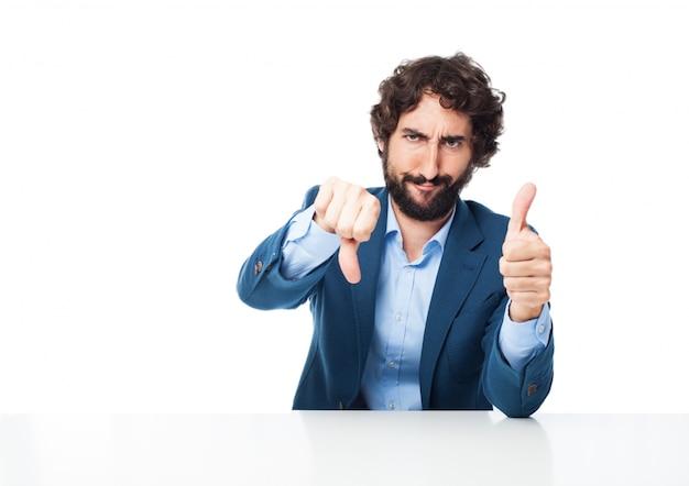 Homem com o polegar para cima e polegar para baixo Psd grátis