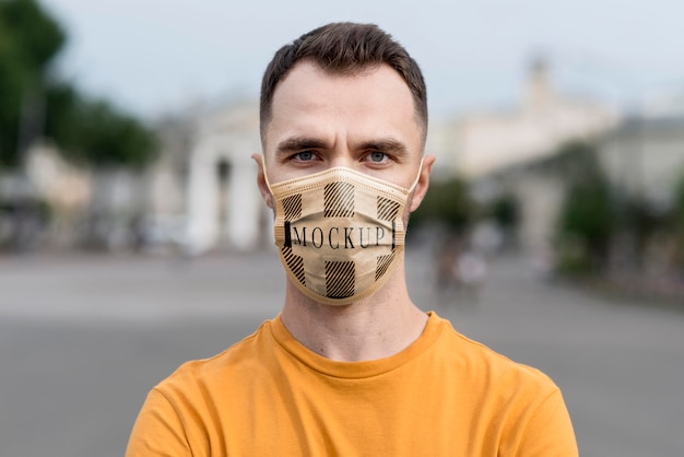 Homem de close-up usando máscara de proteção Psd Premium