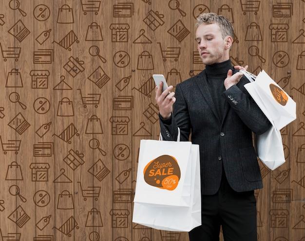 Homem de cópia-espaço de compras, verificação de telefone Psd grátis