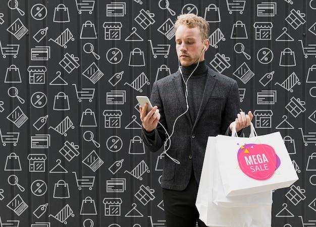 Homem de cópia-espaço em compras na campanha promocional Psd grátis