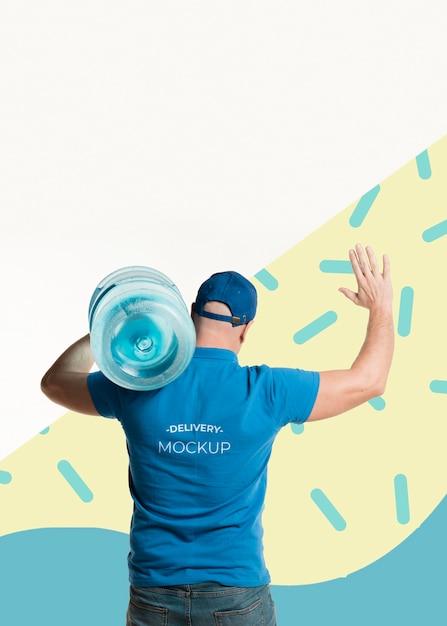 Homem de entrega de costas segurando uma garrafa de água Psd grátis