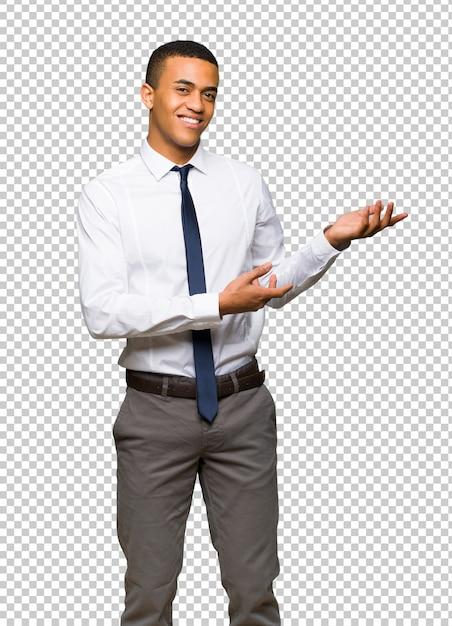 Homem de negócios afro americano novo que estende as mãos ao lado para convidar para vir Psd Premium