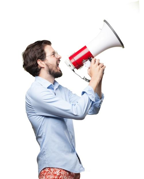 Homem de negócios furioso usando um megafone Psd grátis