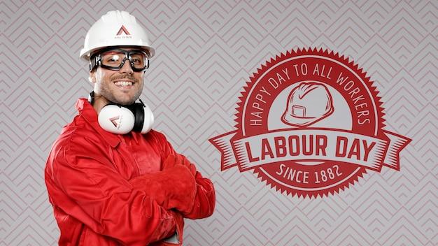 Homem de vermelho usando chapéu de construção dia do trabalho Psd Premium