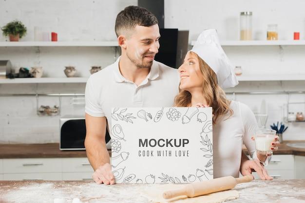 Homem e mulher na cozinha com rolo e massa Psd Premium