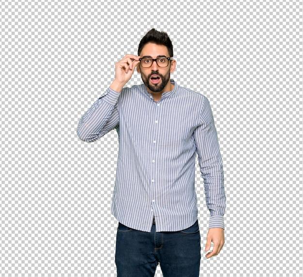Homem elegante com camisa com óculos e surpreso Psd Premium