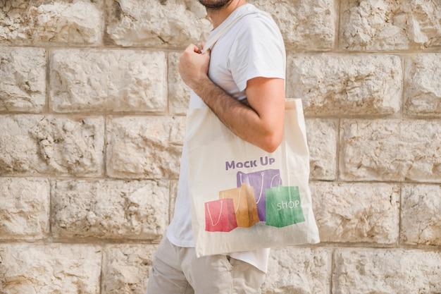 Homem jovem, com, saco, mockup Psd grátis