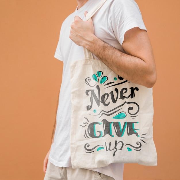 Homem jovem, com, saco, mockup Psd Premium