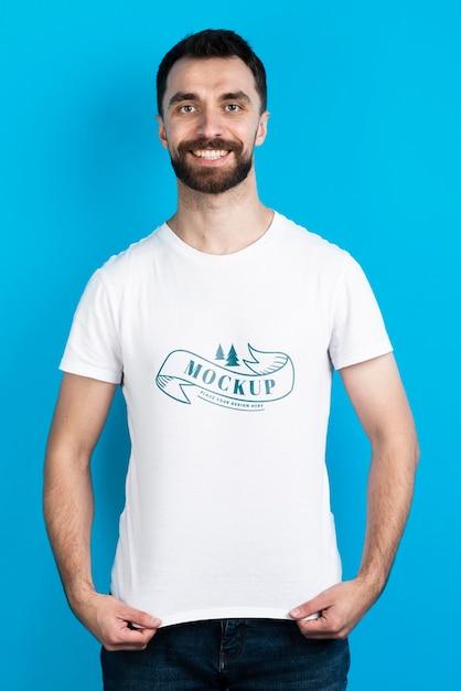 Homem mostrando a vista frontal da camisa do modelo Psd grátis