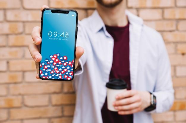 Homem, mostrando, smartphone Psd grátis