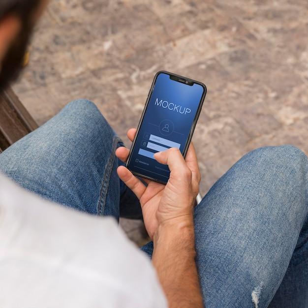 Homem na rua com telefone usando app Psd grátis