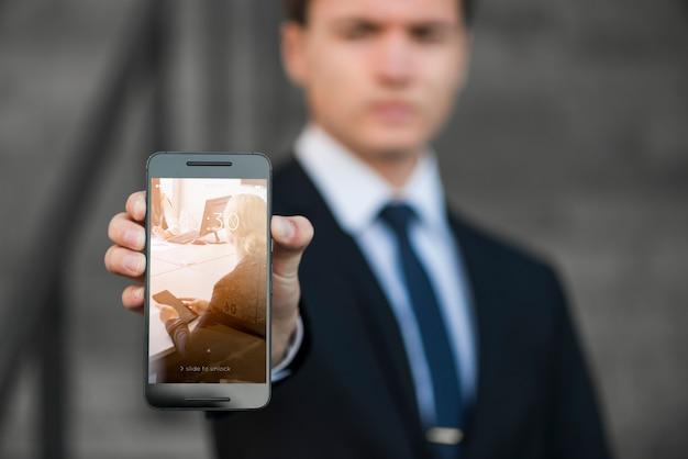 Homem negócios, apresentando, smartphone, mockup Psd grátis
