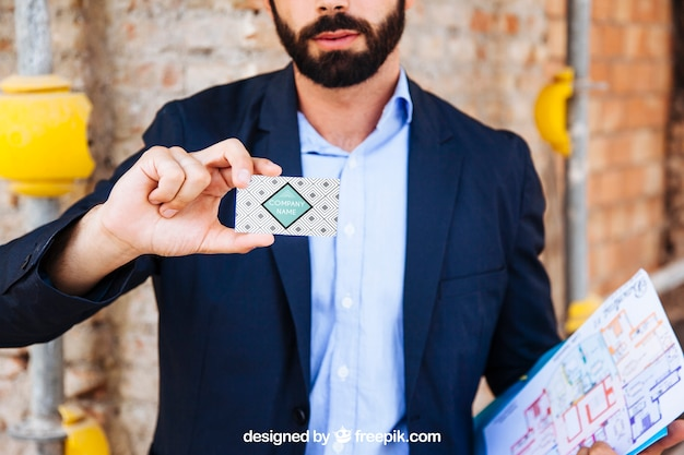 Homem negócios, mostrando, cartão negócio, frente, local construção Psd grátis