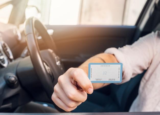 Homem no carro com maquete de cartão Psd grátis