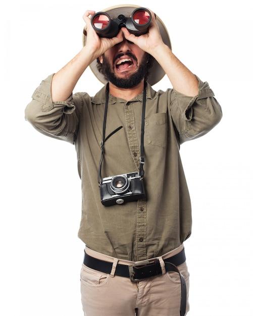Homem olhando através de binóculos Psd grátis