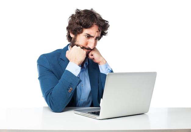 Homem pensativo usando o computador Psd grátis
