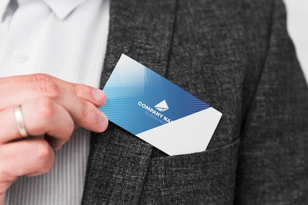 Homem, segurando, cartão negócio Psd grátis