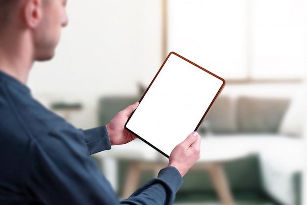Homem segurando o tablet com isolado e tela para maquete Psd Premium
