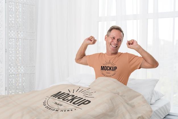 Homem sênior na cama com tiro médio Psd grátis