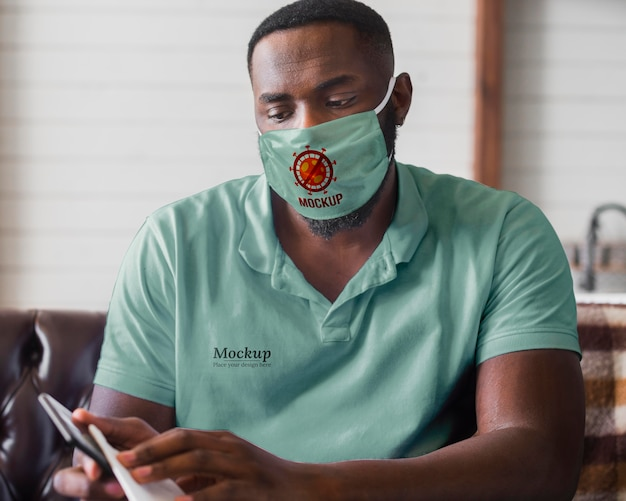 Homem tiro médio usando máscara de proteção Psd grátis