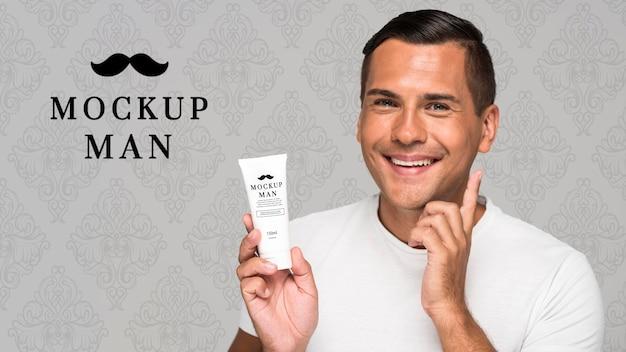Homem usando maquete de creme facial Psd grátis