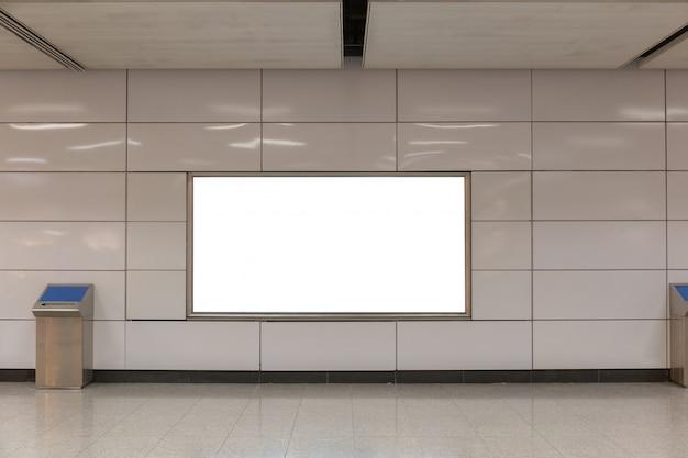 Imagem da maquete de cartazes de tela branca outdoor em branco e levou na estação de metrô para publicidade Psd Premium