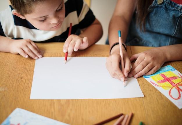 Irmã e irmão de desenho em uma mesa Psd grátis
