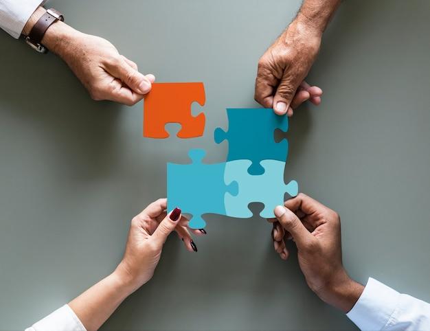 Jigsaw de cooperação de trabalho em equipe negócio isolado Psd Premium