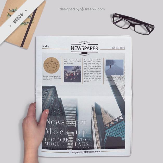 Jornal em um ambiente de trabalho com a agenda e os vidros Psd grátis