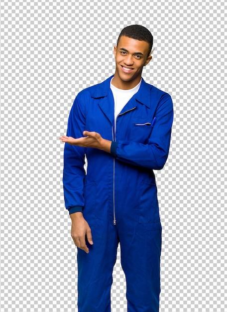 Jovem, afro americano, trabalhador, homem, apresentando, um, idéia, enquanto, olhar, sorrindo, direção Psd Premium