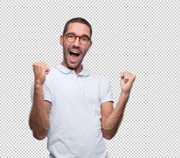 Jovem feliz comemorando com os punhos para cima Psd Premium