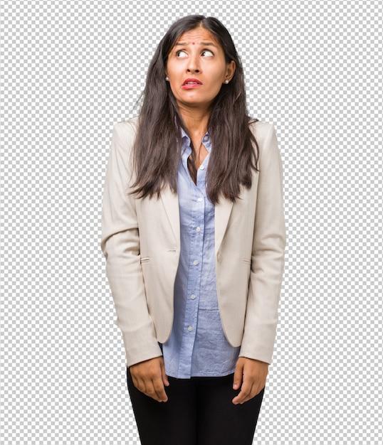 Jovem mulher indiana de negócios muito assustada e com medo, desesperada por algo Psd Premium