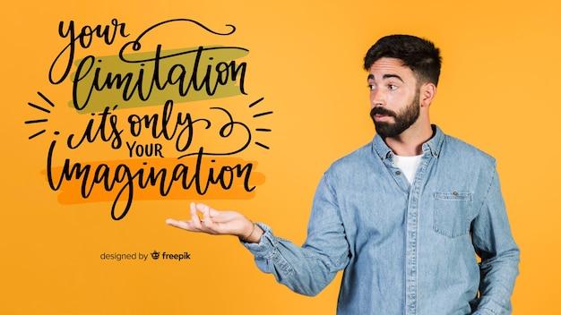 Jovem, segurando uma citação motivacional Psd grátis