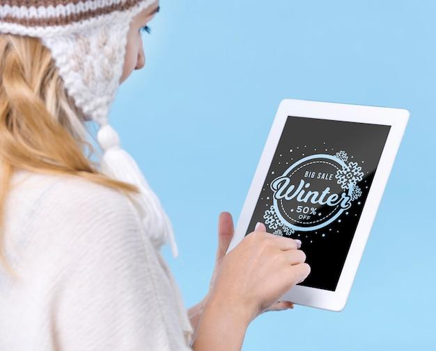 Jovem tocando tablet com maquete Psd grátis
