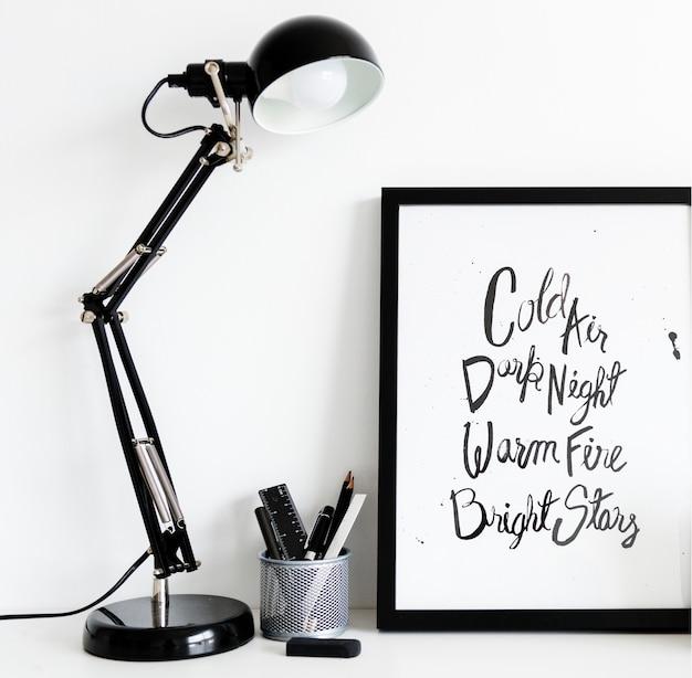 Lâmpada preta com caixa de papelaria Psd grátis